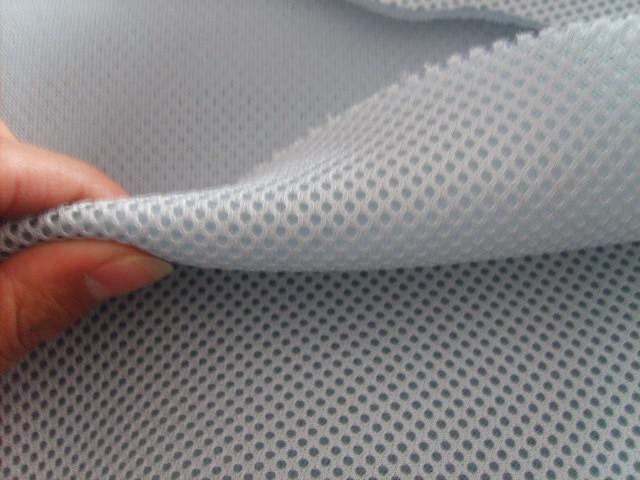 3d网眼布即有网眼形小孔的纺织面料,它主要有机织网眼布和针织网眼布。机织网眼布透气性好,经漂染加工后,布身挺爽,除了做夏季服装外,尤其适宜做窗帘、蚊帐等用品。针织网眼布也分两种,纬编针织网眼布和经编针织网眼布,其中经编网眼布一般是用西德高速经编机织造,原料一般为锦纶、涤纶、氨纶等,针织网眼布的成品有高弹网眼布、蚊帐布、洗衣网、箱包网、硬网、三明治网布、可里可特、绣花网布、婚纱网、方格网、透明网、美国网、钻石网、提花网等各种网眼布。